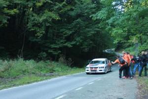 Mladi entuzijasta gotovo da rukom hvata trkaći auto pri kraju nizbrdice pred Kraljičinim i pri oko 150 km/h Snimila: Patricia Fiolić