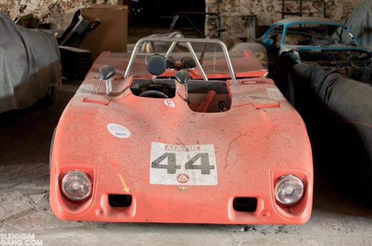Porsche 946 skuplja prašinu i nekoj garaži i tu i tamo pokupi malo sunca..