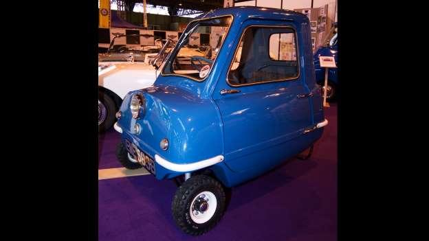 Najmanji auto na svijetu zove se Peel 50. Dugačak 137 a širok 104 centimetara. Nova vlada je obećala da će kupovati samo ove automobile..