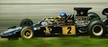 Lotus 72. Osobno, najljepši dizajn svih vremena. Crna boja John Player Special cigareta stopljena s genijalnim djelom Colina Chapmana u paketu koji je vozio od 1972. do 1975. i u kojem su sjedili Fittipaldi, Peterson i Ickx. Model 72 istrčao je već 1970 ali u bojama Gold Leafa. Od tri kacige, Ronnijeva nema konkurenciju..