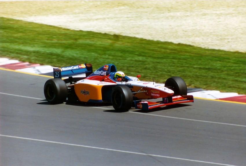 Lola je godinama radila šasije za druge momčadi i onda 1998. sama odlučila ući u F1. Bolje da nije..Ugovor s Mastercardom ih je prisilio da voze već VN Australije 1997. Novi V10 iz vlastite proizvodnje nije bio gotov pa se moralo poslužiti sa slabašnim Cosworthom..No, čak je aerodinamika bila lošija jer aero-tunela nije bilo nigdje na vidiku. Sospiri i Rosset su već na treninzima vidjeli da je vragh odnio šalu jer su 11-13 sekundi zaostajali za najboljima. Kako je već tada postojalo pravilo ''107'', nisu se kvalificirali za utrku a Lola je ubrzo odustala od ove ideje..